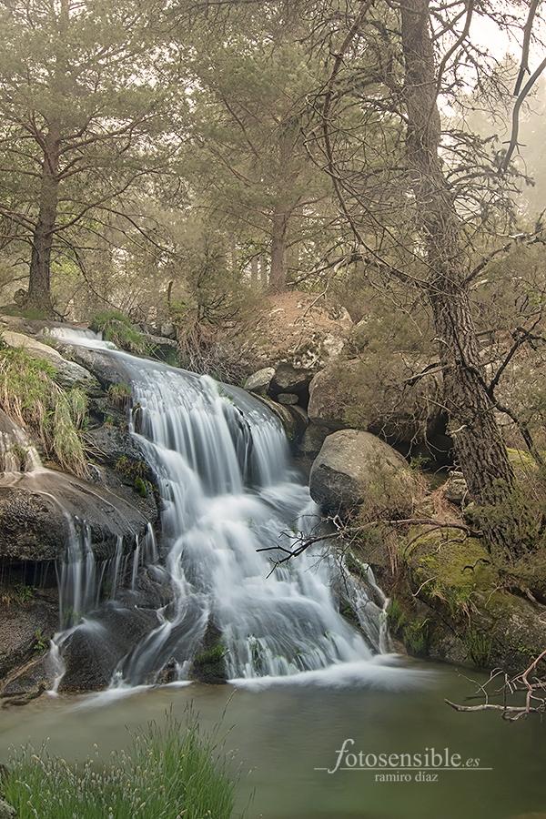 Remanso de agua en Gredos, envuelto por la niebla.